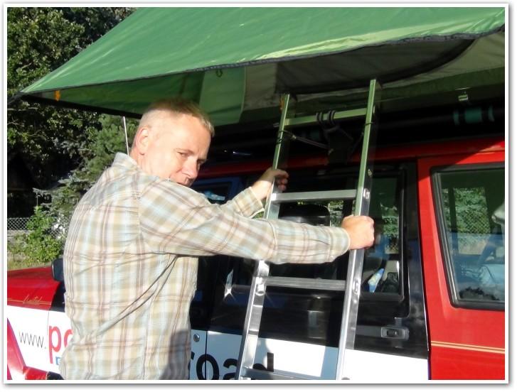 tani namiot dachowy własnej konstrukcji wchodzenie