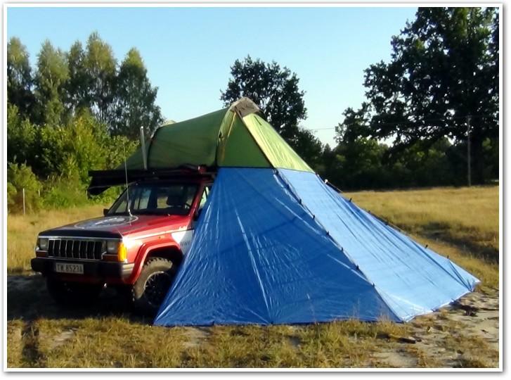 tani namiot dachowy własnej konstrukcji rozłożony